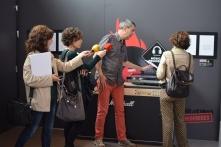 Xavier Valiño explicant el contingut de l0iteractiu de l'exposició Vibracions Prohibides.