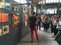 Xavier Valiño explicant el contingut de l'exposició Vibracions Prohibides.